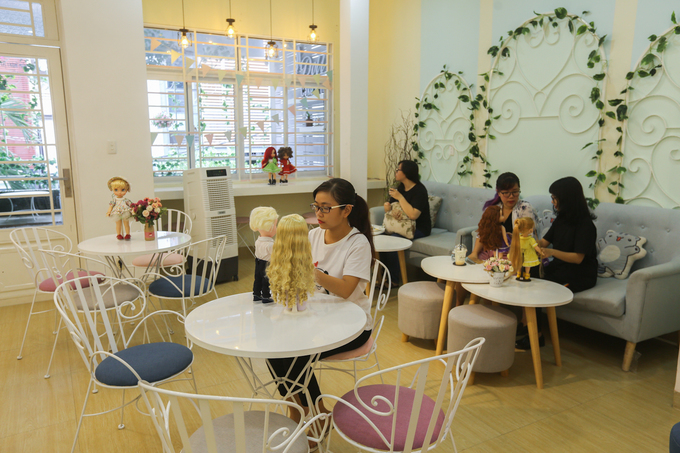 A Saigon café gets all dolled up to serve customers - 1