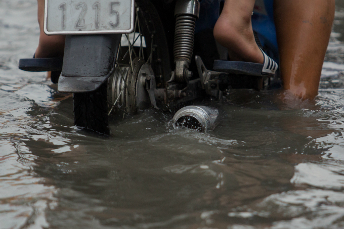 Getting their motorbikes submerged under water is what most drivers faced when traversing along a 500-meter section of Huynh Tan Phat Street in Ho Chi Minh Citys District 7 on Monday evening.