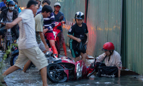 High tide causes misery on Saigon street