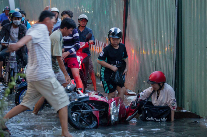 With the section already filled up with holes in different sizes and then came the floods, many easily fell off their bikes. Because of the floods, I could not see the holes on the street to avoid, Mai says.