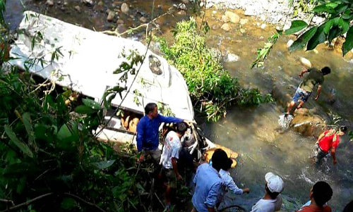 People join rescue operation down a stream in Lai Chau, where two vehicles plunged down after a deadly crash Saturday. Photo by Son Duong