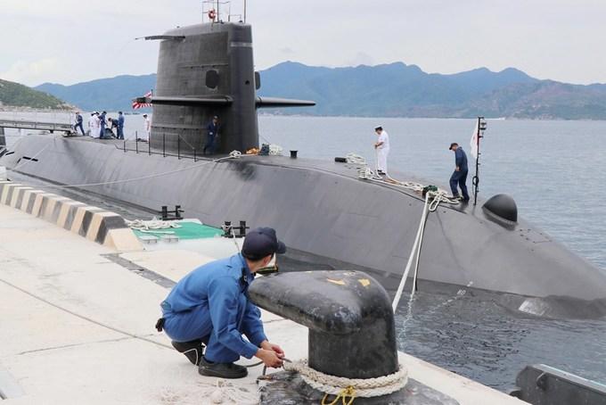 Japanese submarine calls on central Vietnam port