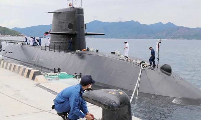 Japanese submarine calls on central Vietnam port