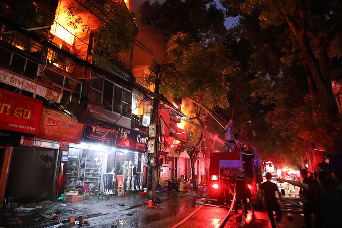 Massive blaze engulfs six buildings near Hanoi pediatrics hospital