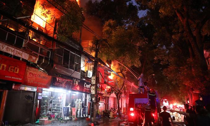 Massive blaze engulfs six buildings near Hanoi pediatrics hospital