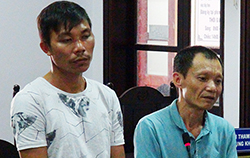 Nguyen Van Y (L) and Ta Thanh Duy at the Peoples Court of Nha Trang City. Photo by VnExpress/An Phuoc