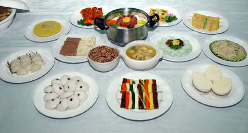 North Korean moon festival food. Photo courtesy of Daedong River Club on Naver Blog