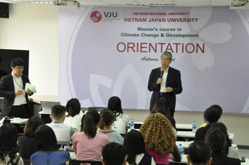 Japanese professor Nobuo Mimura talks to students on orientation day. Photo by VnExpress