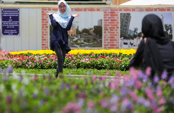New flower garden adds flourishing charm to Saigons famous cathedral - 6