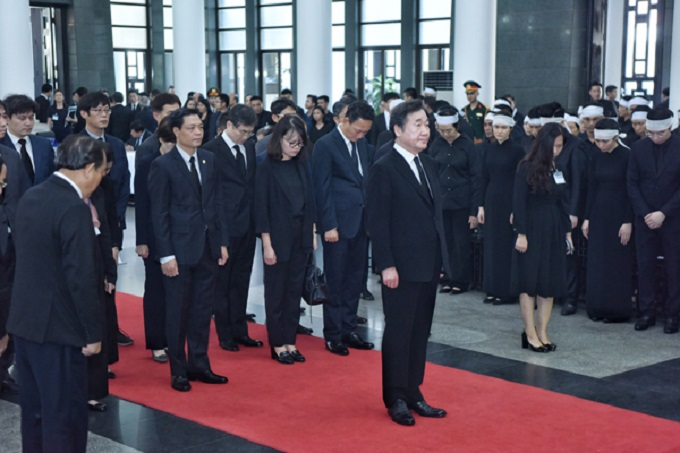 South Korean Prime Minister Lee Nak-yon and his delegation pay respects at the funeral.