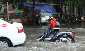 Saigon downpour submerges roads, gets weekend off to a dismal start