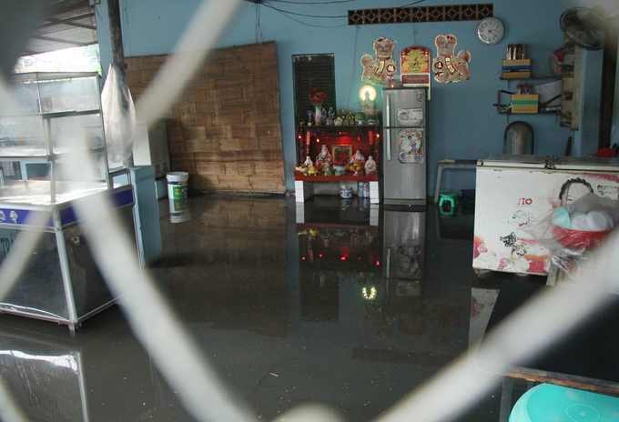 [Caption] A food stall in Saigon is flooded due to the rain.