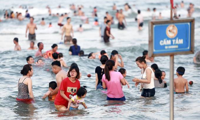 Chinese youth ventures too far, drowns in Da Nang beach