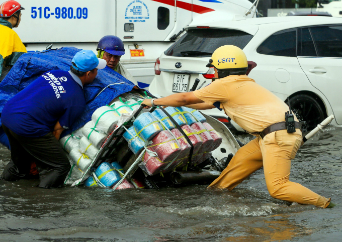 Kindness shines through the chaos as Saigon grapples with flooded streets - 1