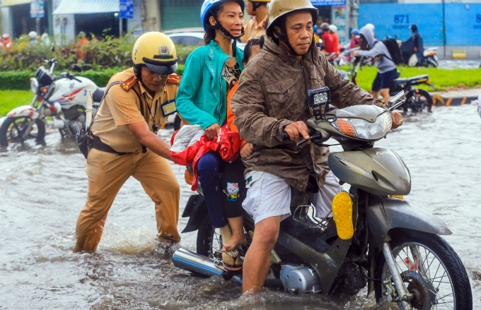 Kindness shines through the chaos as Saigon grapples with flooded streets - 2