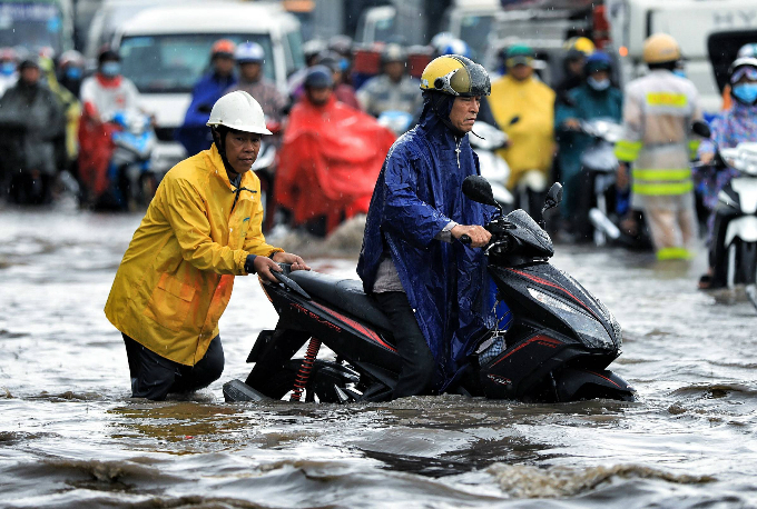 Kindness shines through the chaos as Saigon grapples with flooded streets - 4