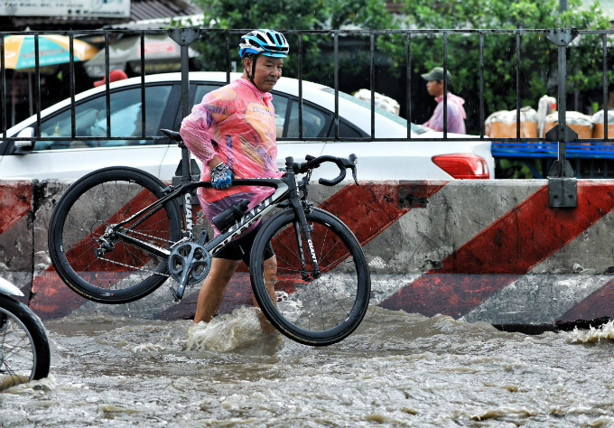 Kindness shines through the chaos as Saigon grapples with flooded streets - 5