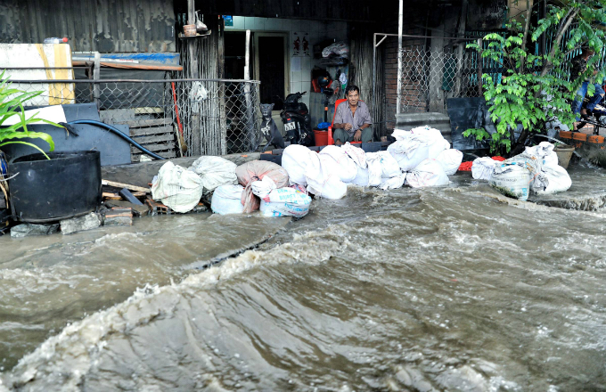 Kindness shines through the chaos as Saigon grapples with flooded streets - 6