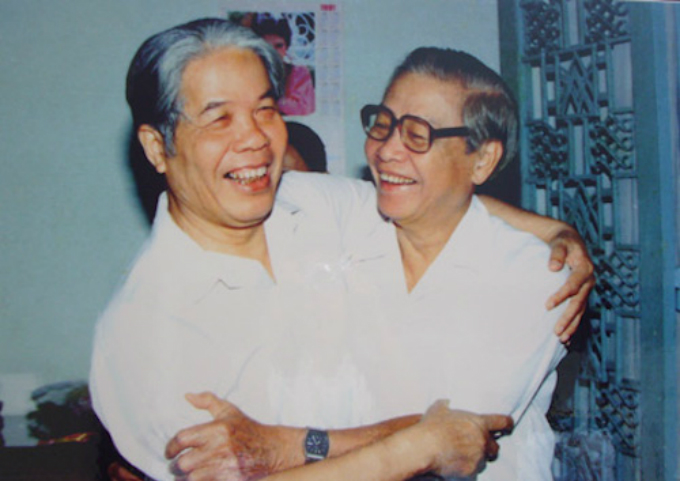 Former General Secretary Do Muoi (L) is seen in a file photo with former Prime Minister Vo Van Kiet.