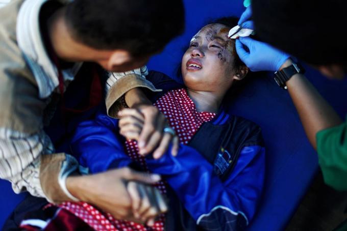 Foreign aid picks up for Indonesia's desperate quake survivors