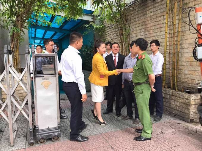 Thao was not allowed to enter Trung Nguyens headquarter. Photo from Thaos Facebook page.