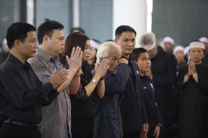 Nguyen Xuan Hung (L, 4th) cries as he comes to Do Muois funeral in Hanoi. Photo by VnExpress/Ngoc Thanh