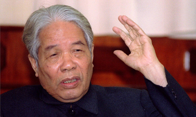 Vietnams then Communist Party General Secretary Do Muoi gestures during an interview with Reuters in Hanoi, October 6, 1995