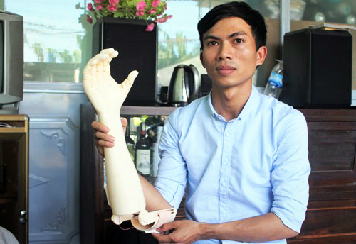 Ngo Van Det and his robot arm for the disabled. Photo courtesy of VnExpress/ Thach Thao.