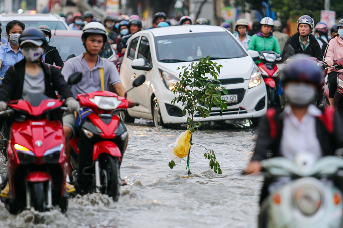 Public step up rescue service as flooding hits Saigon - 4