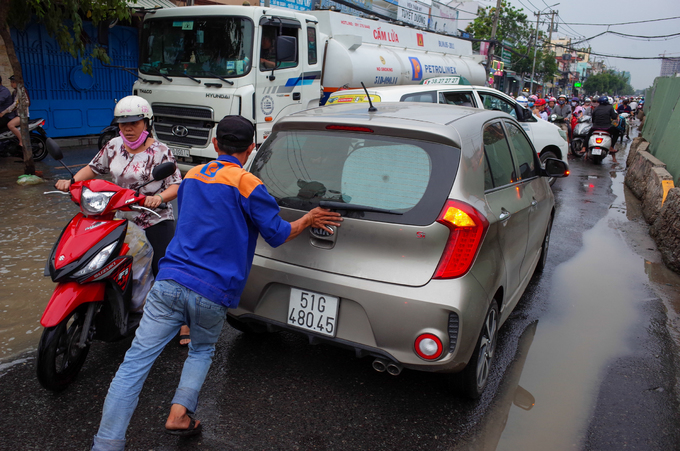 Public step up rescue service as flooding hits Saigon - 1