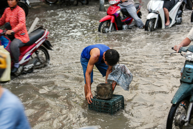 Public step up rescue service as flooding hits Saigon - 2