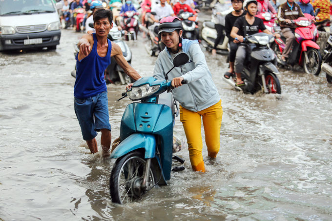 Public step up rescue service as flooding hits Saigon - 3