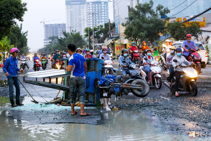 Public step up rescue service as flooding hits Saigon - 5