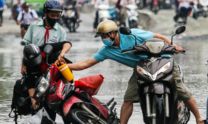 Public step up rescue service as flooding hits Saigon