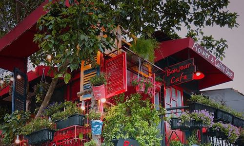 A Saigon cafe greets guests with bouquets