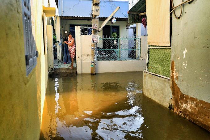 Life goes on as high tide floods Saigon without fail - 5