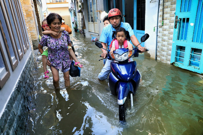 Life goes on as high tide floods Saigon without fail - 6