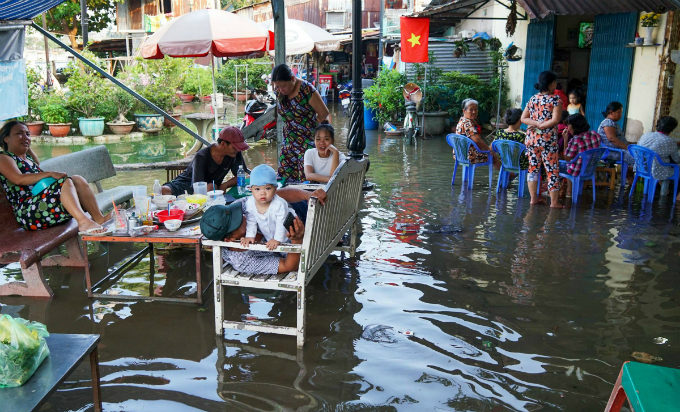 Life goes on as high tide floods Saigon without fail - 8