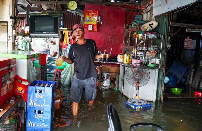 Life goes on as high tide floods Saigon without fail - 9