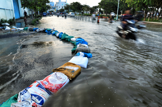 Life goes on as high tide floods Saigon without fail - 4
