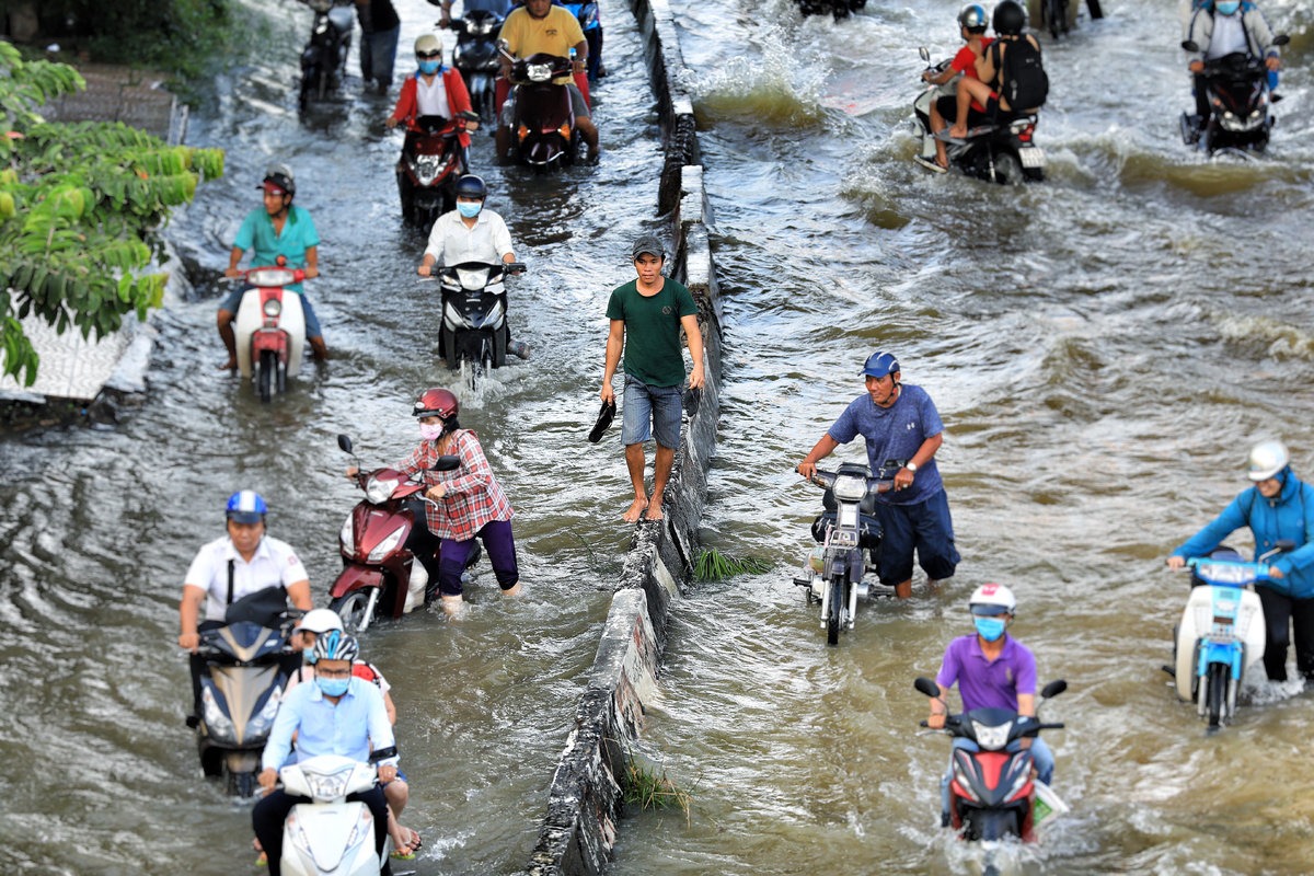 Life goes on as high tide floods Saigon without fail - VnExpress International