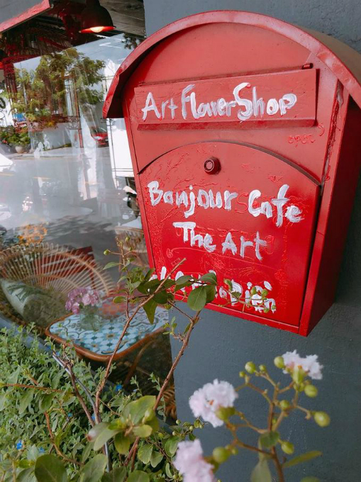 A Saigon cafe greets guests with bouquets - 4