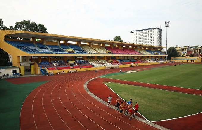 Athletes run in the current Hang Day stadium in Hanoi. Photo by VnExpress/Ngoc Thanh