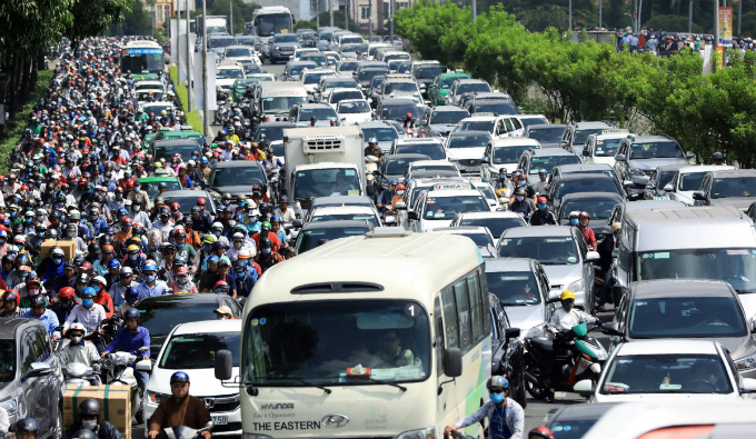 The scaffolding collapse caused heavy traffic jam for five hours in downtown HCMC. Photo by Huu Khoa