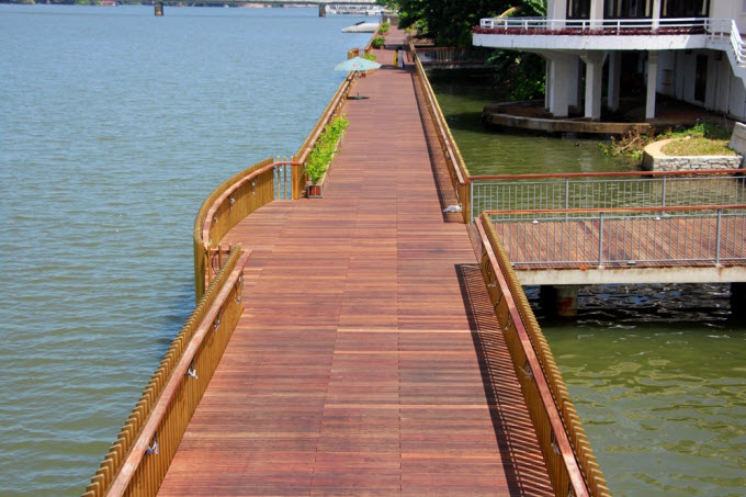New walkway along iconic river gives a new look for Vietnams royal city - 2