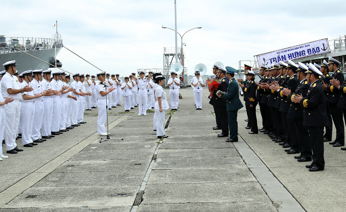 Japanese navy officers receive the crew of Vietnams missile defense vessel Tran Hung Dao, which arrives at Japans Yokosuka Port on Thursday. Photo courtesy of Bao Hai Quan.