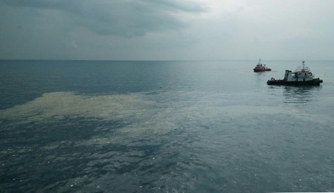 A fuel slick was spotted at the site where the Lion Air plane is believed to have crashed into the sea. Photo by AFP
