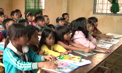 Tiny class in Central Highlands teaches English to ethnic minority children