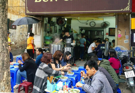 This small restaurant has been attracting a large number of customers for a decade. Photo by Tuan Dao