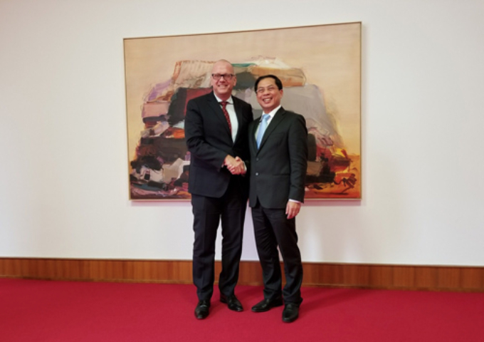 Vietnamese Deputy Minister of Foreign Affairs Bui Thanh Son (R) and Andreas Michaelis, State Secretary of the Federal Foreign Office of Germany, Andreas Michaelis, meets in Germany on November 1. Photo courtesy of Vietnams Ministry of Foreign Affairs